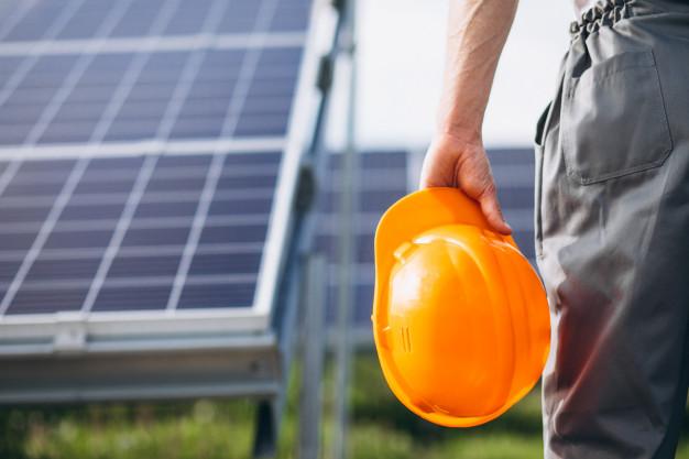 man-worker-firld-by-solar-panels_1303-15555.jpg